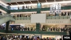 大批市民在沙田新城市廣場中庭聚集表達五大訴求 (美國之音 海彥拍攝)