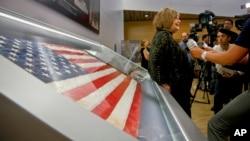 Shirley Dreifus (centro) es la dueña original de la bandera izada el 11 de septiembre de 2001 en la zona cero en Nueva York.