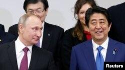 2016年 12月16日,俄羅斯總統普京(左)與日本首相安倍晉三在東京參加日俄峰會。