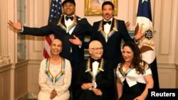 Para artis penerima Penghargaan Kennedy Center (duduk dari kiri ke kanan), penari, aktris dan koreografer, Carmen de Lavallade, penulis skenario televisi Norman Lear, penyanyi kelahiran Kuba Gloria Estefan. Berdiri di belakang (kiri ke kanan), penyanyi rap LL Cool J dan penyanyi serta penulis lagu, Lionel Richie di Washington, 2 Desember 2017.