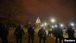 Miembros de las fuerzas de seguridad custodian del Capitolio, que horas antes había sido asaltado por un grupo de seguidores del presidente Donald Trump, el 6 de enero de 2021.