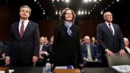 """Từ trái, Giám đốc FBI Christopher Wray; Giám đốc CIA Gina Haspel và Giám đốc Tình báo Quốc gia Dan Coats đến Điện Capitol cùng với các quan chức khac trong cộng đồng tình báo để điều trần về """"những mối nguy toàn thế giới,"""" ngày 29 tháng 1, 2019."""