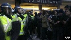 İngiltere'de Öğrenciler Artan Üniversite Harçlarını Protesto Ediyor