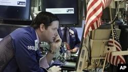 星期四在紐約證交所的這名專家正在關注股市的走勢