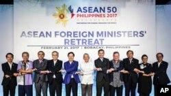 Ông Phạm Bình Minh (thứ năm từ trái sang) chụp ảnh chung với người đồng nhiệm từ các nước ASEAN.