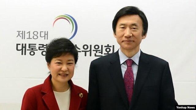 6일 한국 대통령직 인수위원회에서 박근혜 대통령 당선인(왼쪽)으로부터 임명장을 수여받은 윤병세 외교.국방.통일 위원. (자료사진)