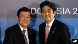 Thủ tướng Nhật Bản Shinzo Abe và Chủ tịch nước Việt Nam Trương Tấn Sang tại diễn đàn APEC ở Bali, Indonesia, ngày 7/10/2013.