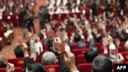 Các đại biểu giơ cao thẻ đảng tại lễ bế mạc Đại hội Ðảng XI tại Hà Nội, ngày 19/1/2011