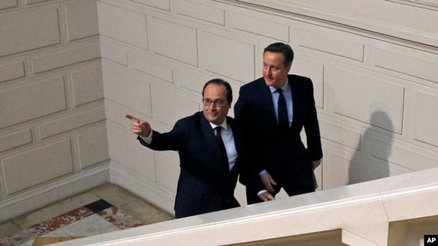 French President, Francois Hollande (l) and British Prime Minister David Cameron arrive for a press conference in Amiens, northern France, March 3, 2016.