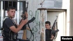 지난 23일 시리아와 터키 접경지역 인근의 시리아 반군 병사들. (자료사진)