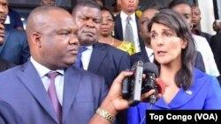 Nikki Haley à Kinshasa aux côtés du président de la Ceni, Corneille Nangaa, RDC, le 27 octobre 2017.