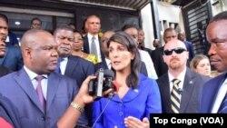 Nikki Haley en visite à Kinshasa s'exprime aux côtés du président de la Ceni, Corneille Nangaa, RDC, le 27 octobre 2017