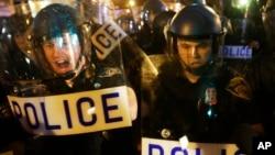 La policía ha tenido que defenderse de los enfurecidos protestantes en Baltimore, luego de realizar un nuevo arresto de un hombre de raza negra.