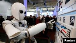 به گفته پرفسور راسل، بسیاری از مشاغل امروزه که به نیروی کار فیزیکی نیاز دارند، با ماشین های هوشمند جایگزین خواهد شد.