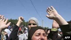 Dân chúng biểu tình trong khu vực gần biên giới Syria và Li băng, hô các khẩu hiệu phản đối Tổng thống Syria al-Assad