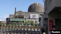 在台湾南部的屏东县,台湾第三核电厂举行安全演习,警察在门前站岗(2013年9月10日)