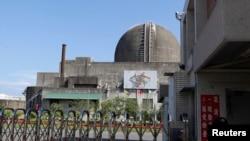在台灣南部的屏東縣,台灣第三核電廠舉行安全演習,警察在門前站崗(2013年9月10日)