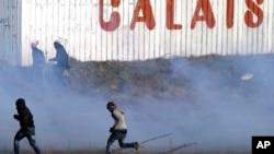 Polisi di Calais, Perancis melemparkan gas air mata ke arah para demonstran (foto: dok).