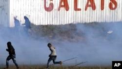 Les forces de l'ordre ont lancé du gaz lacrymogène lors d'une manifestation de soutien aux migrants à Calais, la France, 21 janvier 2016.
