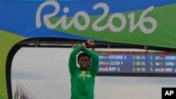 Feyisa Lilesa bắt chéo tay trên đầu với bàn tay nắm chặt hình quả đấm, biểu tượng của các cuộc biểu tình ở khắp khu vực Oromia tại Ethiopia, sau khi chạm đích trong cuộc đua marathon tại Olympic Rio ngày 21/8/2016.