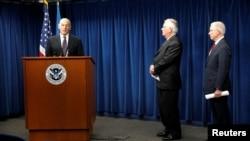 美国国土安全部部长约翰·凯利(左),国务卿蒂勒森(中)和司法部长塞申斯(右)在总统川普签署新版旅游限令之后对有关签证和旅行等问题进行解答。