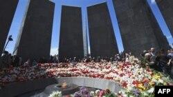 Người Armenia đặt hoa nơi đài tưởng niệm các nạn nhân bị giết dưới thời Ottoman