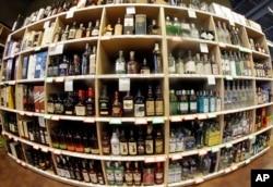 فروشگاه مشروبات در شهر «سالت لیک» آمریکا - عکس آرشیوی - مصرف الکل علاوه بر بیماریهای مرگزا، به مرگ ناشی از حوادث خواسته و ناخواسته نیز منجر میشود
