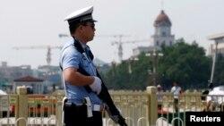六月四日在北京天安門廣場前站崗的警察