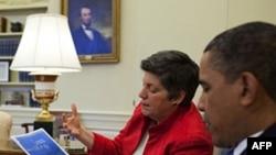 Tổng thống Hoa Kỳ Barack Obama (phải) thảo luận với Bộ trưởng Nội an Janet Napolitano và các giới chức cao cấp vấn đề đổ dầu ở vịnh Mexico