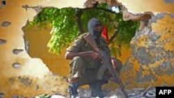 Un soldat de l'armée somalienne près du théâtre d'un attentat suicide d'al-Shabaab à Mogadiscio, 21 juin 2015