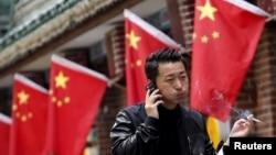 在北京,有人拿着香烟走过一家餐厅(2015年)