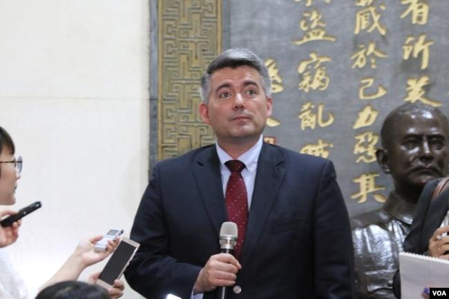 美國國會參議院外交關係委員會亞太小組委員會主席科里·加德納2018年5月26日在台灣外交部接受媒體採訪。 (美國之音記者楊明)