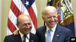 ປະທານາທິບໍດີໂຣເມເນຍ ທ່ານ Traian Basescu (ຊ້າຍ) ໄດ້ຮັບການຕ້ອນຮັບຈາກຮອງປະທານາທິບໍດີ Joe Biden ຕອນມາຢ້ຽມຢາມທໍານຽບຂາວ. ວັນທີ 13 ກັນຍາ 2011. (AP Photo/Susan Walsh)