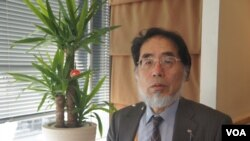 日本时事通信社编辑局解说委员铃木美胜认为,安倍这次改组党领导层和内阁,是着眼国内政治因素(美国之音歌篮拍摄)