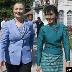 លោកស្រី Hillary Clinton រដ្ឋមន្ត្រីការបរទេសសហរដ្ឋអាមេរិក ជួបជាមួយមេដឹកនាំប្រធាធិបតេយ្យភូមា Aung San Suu Kyi នៅក្នុងដំណើរទស្សនកិច្ចជាប្រវត្តិសាស្ត្ររបស់លោកស្រីទៅកាន់ប្រទេសភូមាកាលពីខែធ្នូឆ្នាំ២០១១។