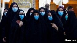 Fanm mizilman ki itlize mask pou pwoteje tèt yo kant maladi kowonaviris la nan vil Najaf, nan Iraq, mèkredi 11 mas 2020.