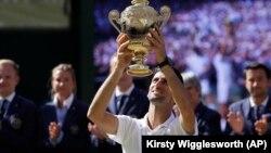Novak Djokovic meraih gelar juara Wimbledon yang ke-4, sekaligus gelar grand slam yang ke-13 hari Minggu (15/7).