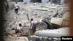 也门南部5月11日在一座警察建筑物外发生爆炸的现场
