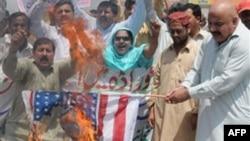 Những người Pakistan đốt cờ Mỹ phản đối các vụ tấn công bằng máy bay không người lái trong các vùng bộ tộc Pakistan, dọc theo biên giới Afghanistan, nơi các phần tử al Qaida và Taliban ẩn náu