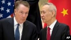 رابرت لایتهایزر، نماینده آمریکا در مذاکرات تجاری در کنار معاون نخست وزیر چین