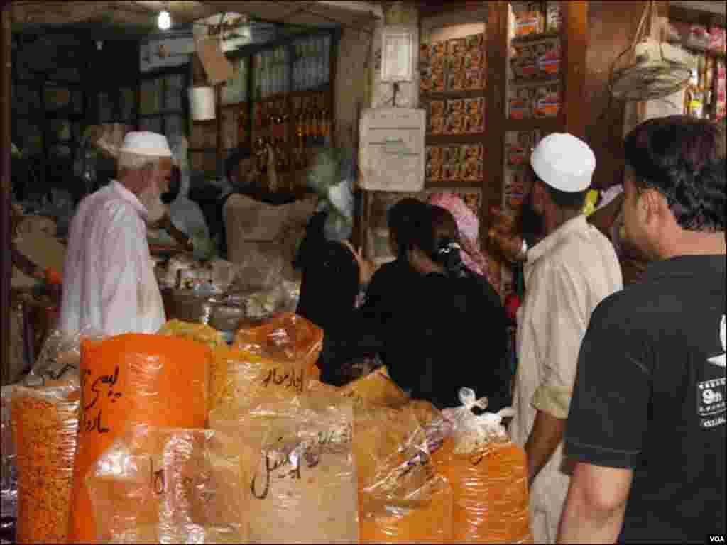 کراچی: شہر کی سب سے بڑی مارکیٹ کی ایک دکان پر گاہکوں کی لائن
