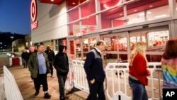 顧客在黑色星期五排隊等候進入肯塔基州一個商店購物。