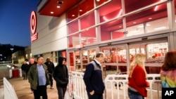 """购物者在黑色星期五排队等候在肯塔基州一个""""靶标""""商店外面。"""
