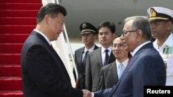 전날 캄보디아를 방문한 시진핑(왼쪽) 중국 국가주석이 14일 방글라데시 수도 다카에 도착한 직후 영접나온 압둘 하미드 대통령과 악수하고 있다.