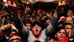 무바라크 사임 발표에 환호하는 이집트인들