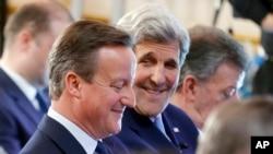 美国国务卿克里(右)与英国首相卡梅伦参加伦敦召开的国际反腐败峰会。 (2016年5月12日)