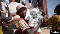 وسطی افریقی جمہوریہ میں اقوام متحدہ کے کارکن امدادی سامان ضرورت مندوں میں تقسیم کر رہے ہیں۔ فائل فوٹو