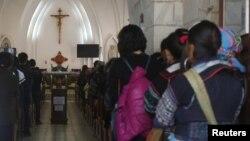 Người công giáo dân tộc thiểu số Hmong tham dự một buổi lễ Chủ nhật tại Sapa, thuộc vùng núi phía Bắc Việt Nam. Một bức thư chung gừi tới Tổng thống Donald Trump kêu gọi chính quyền của ông áp lực chính phủ Việt Nam ngừng đàn áp người Tin lành thiểu số ở Tây Bắc và Tây Nguyên .