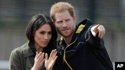 برطانیہ کے شہزادہ ہیری اپنی ہونے والی بیگم میگھن مارکل کے ساتھ۔ فائل فوٹو