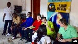 ໃນພາບຖ່າຍນີ້ ທີ່ເປີດເຜີຍ ໂດຍຫ້ອງການ ຂອງອົມບັສແມນ ຂອງ ໂຄລອມເບຍ (Colombia's Ombudsman's Office), ເຊິ່ງເຈົ້າໜ້າທີ່ຂອງ ອົງການກາແດງສາກົນ ທ່ານນຶ່ງ ກຳລັງໂອ້ລົມ ກັບໂຕປະກັນ 6 ຄົນ ທີ່ໄດ້ຖືກປ່ອຍໂຕ ໂດຍກຸ່ມກະບົດ ກອງທັບປົດປ່ອຍແຫ່ງຊາດ ຫຼື ELN, ໃນໝູ່ບ້ານ ໂຊໂຄ (Choco) ພະແນກເຂດຕາເວັນຕົກ ຂອງໂຄລອມເບຍ, ວັນທີ 12 ກັນຍາ 2018.